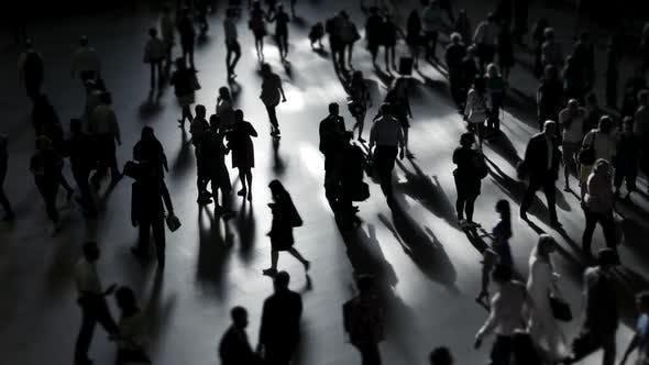 Fußgänger pendeln im Geschäftsviertel der überfüllten Stadt行人在繁忙的城市商业区上下班