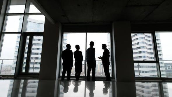 站在办公室讨论的经理业务团队Business Team von Managern Standgespräch im Büro